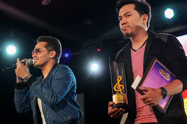 "(Left-Right) Ang tambalang Lloyd Zaragosa at Timothy Joseph Cardona para sa papuring awit na ""Jesus, I Love  You"" na pumasok bilang ika-limang grand finalist sa ASOP Year 4. (FRED ALVIOR / Photoville International)"