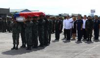 Ang paggagawad ng pamahalaan ng arrival honor para sa mga miyembro ng PNP-SAF na nasawi sa Mamasapano, Maguindanao nitong Linggo. (PNP)