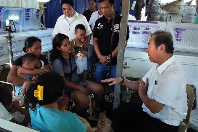Ang pagdalaw ni DPWH Secretary Rogelio Singson sa burol ng ilan sa mga nasawi sa pagguho ng pader sa Guiguinto, Bulacan nitong Enero 19, 2015. ( Willie Sy / Photoville International )