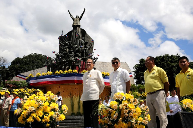 """President Benigno Simeon Aquino III leads the wreath-laying ceremony at the EDSA People Power Monument as part of the commemorative activities of the 29th anniversary of the EDSA People Power Revolution in White Plains Avenue corner EDSA on Wednesday (February 25, 2015). This year's theme is """"Ituloy ang Pagbabago."""" The 1986 peaceful and bloodless uprising ousted the dictatorship and led Corazon C. Aquino to the Presidency. Also in photo are EPPC commissioner Herminio """"Ogie"""" Alcasid, Jr., Executive Secretary and EDSA People Power Commission chairperson Paquito Ochoa, Jr. and EPPC commissioner Cesar Sarino. (Photo by Gil Nartea / Lauro Montellano, Jr. / Malacañang Photo Bureau)"""