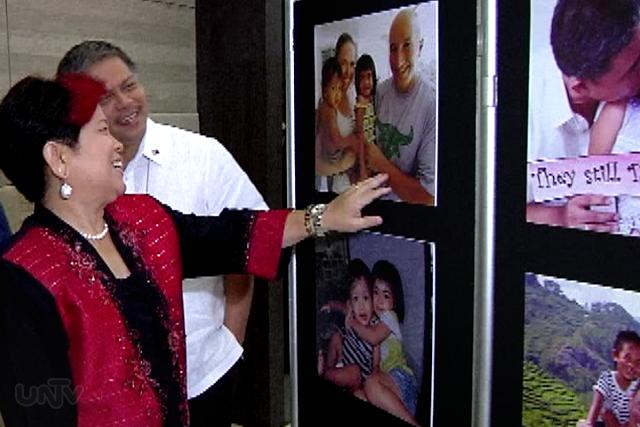 Sina DSWD Sec. Dinky Soliman at DepEd Sec. Armin Luistro sa isang photo exhibit kasabay ng kasabay ng pagdiriwang ng Adoption Consciousness Week. (UNTV News)