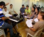 Ang pagsasanay ng AFP at PNP chorale para sa benefit concert ng Galant 44 na gaganapin sa March 19, 2015. (UNTV News)