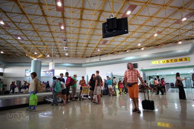 FILE PHOTO: Mga manlalakbay sa Clark International Airport (Mark Aiven Antang / Photoville International)