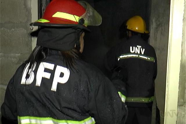 Ang pag-apula ng Bureau of Fire Protection sa apoy mga kabahayan sa bandang Novaliches nito Martes ng madaling araw katuwang ang iba't-ibang fire volunteers tulad ng UNTV Fire Brigade. (UNTV News)