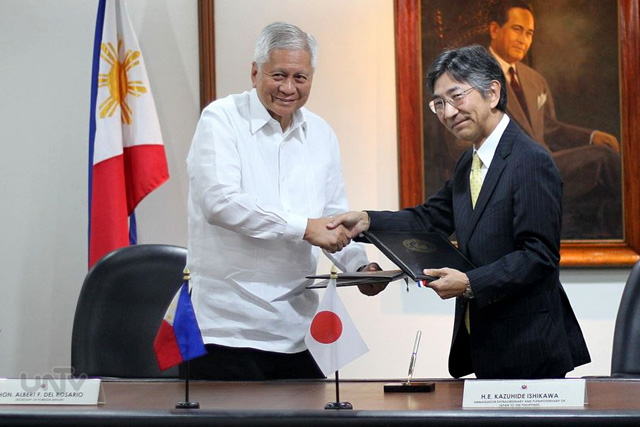 OFFICIAL DEVELOPMENT ASSISTANCE. Foreign Affairs Secretary Albert F. Del Rosario and H.E. Kazuhide Ishikawa, Ambassador Extraordinary and Plenipotentiary of Japan to the Philippines, signed and exchanged notes at the Deparment of Foreign Affairs in Pasay City, March 25, 2015 on 6 ODA grant projects amounting to 2.789 billion Yen that is approximately 1.2 billion pesos. (Willie Sy / Photoville International)
