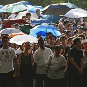 People queue up to pay their respects to the late first prime minister Lee Kuan Yew at the Padang grounds outside the Parliament House in Singapore March 28, 2015. REUTERS/EDGAR SU