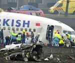 Rescue workers help passengers after a Turkish Airlines passenger crashed while attempting to land at Amsterdam's Schiphol airport February 25, 2009. The plane broke into three parts when it hit the ground next to the runway, according to CNN Turk. CREDIT: REUTERS/TOUSSAINT KLUITERS/UNITED PHOTOS