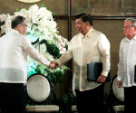 FILE PHOTO: Si President Benigno S. Aquino lll sa pagsaksi sa turnover ceremony ng balangkas ng Bangsamoro Basic Law sa pagitan ng Bangsamoro Transition Commission Chairman Mohagher Iqbal at Presidential Adviser on the Peace Process Teresita Quintos Deles kina Speaker of the House Feliciano Belmonte Jr. at Senate President Franklin M. Drilon, during ceremonies sa Malacañan Palace noong September 10, 2014. (Photo by the Malacañang Photo Bureau)
