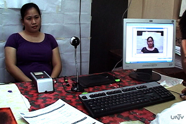 FILE PHOTO: Isang botanteng nagpapa-biometric registration sa isang COMELEC office (UNTV News)