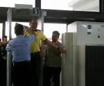 Isang bahagi sa naging pag-ikot ng Pangulong Benigno Aquino III ngayong araw ng Huwebes sa Batangas Port, NAIAat mga bus terminal upang tiyakin ang seguridad ng mga biyahero para sa long vacation. (Malacanang Photo Bureau)