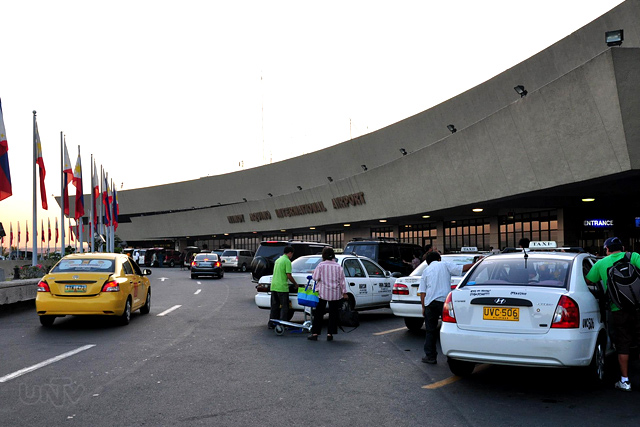 FILE PHOTO: Isang Yellow taxi at mga white taxi sa NAIA Terminal 1.  (Ryan Mendoza / Photoville International)