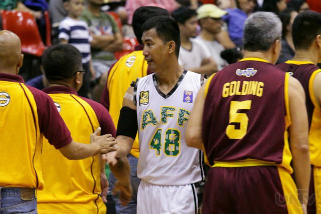 Pakikipagkamay ni AFP Cavaliers forward Winston Sergio (#48) sa mga taga Senate Defenders matapos makamit ang ikatlong pwesto sa UNTV Cup. (PRINCE MARQUEZ / Photoville International)