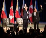(Left-Right) Si Canada Prime Minister Stephen Joseph Harper at Pangulong Benigno Aquino III sa Roy Thomson Hall sa Toronto na kumakaway sa mga Filipino at mga Canadian na nandoon na bahagi ng tatlong araw na state visit. (Dennis V. Narcida / UNTV News)