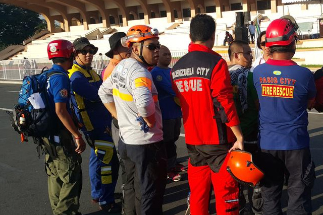 Representative from different rescue of Metro Manila LGUs gather in front of Quirino Grandstand for the rescue skills olympics spearheaded by MMDA. (MON JOCSON / UNTV News)