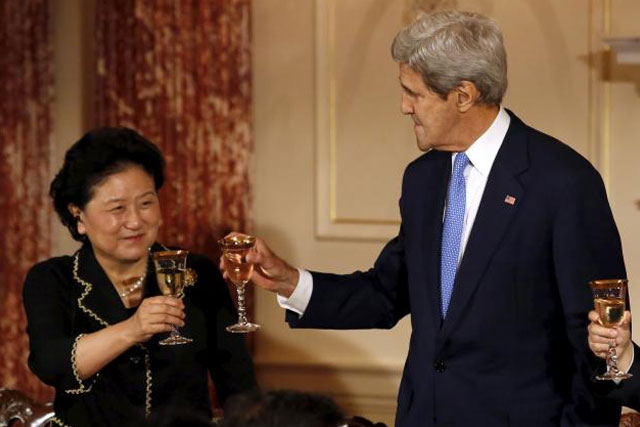 U.S. Secretary of State John Kerry (R) toasts with Chinese Vice Premiers Liu Yandong at a joint banquet at the Strategic and Economic Dialogue (S&ED) at the State Department in Washington June 23, 2015. REUTERS/YURI GRIPAS