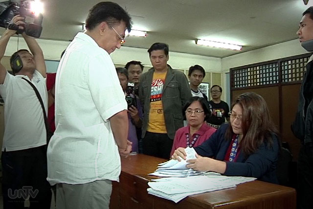 The filing of former senatorial candidate Rizalito David the petition to remove Senator Grace Poe from the office this Thursday. (UNTV News)