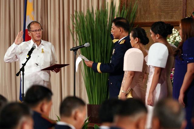 Ang panunumpa ng mga bagong promote na opisyales ng PNP kay Pangulong Benigno Aquino III sa Malacañang. Una na rito si PNP Chief Director General Ricardo Marquez na kasama ang kanyang pamilya. (Malacañang  Photo Bureau)