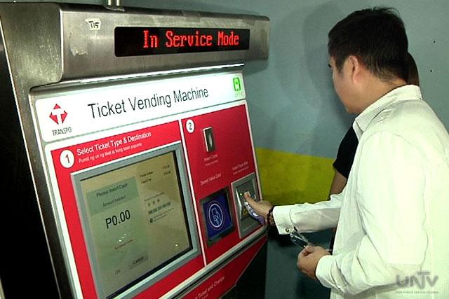 """Si DOTC Secretary Joseph Emilio """"Jun"""" Aguinaldo Abaya sa  pagbili ng beep cards sa vending machine upang sa paglulunsad ng beep cards sa LRT 1 and 2 ngayong araw ng Lunes, Agosto 16, 2015. (UNTV News)"""