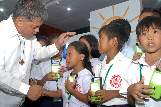 DEPED Sec. Armin Luistro FSC with the students of Pinagsabiran Elementary School.