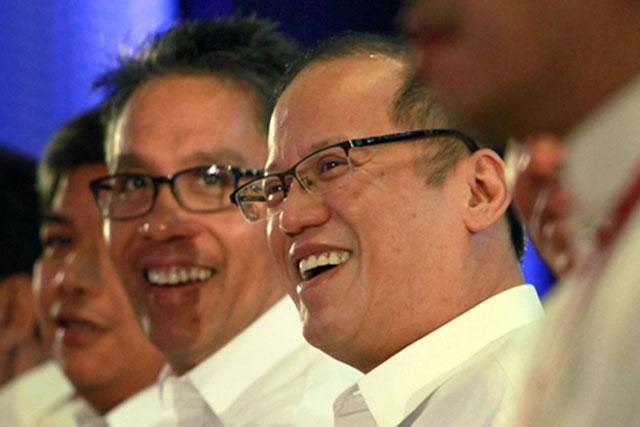 FILE PHOTO: Si Sec. Mar Roxas at Presidente Benigno Aquino III na magkatabi sa isang pagtitipon. (PCOO)