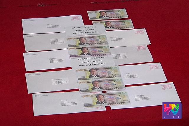 Ang mga fake money na may mukha ni Liberal Party Standard Bearer Mar Roxas na nakarating sa Senado at Kamara. (UNTV News)