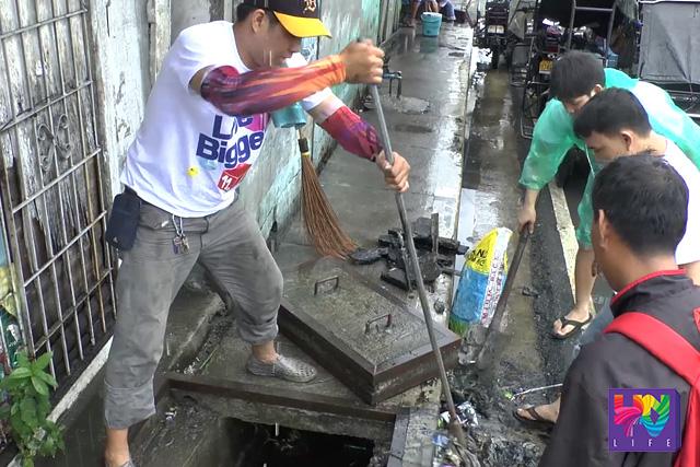 Isa sa mga isinagawang public service para sa pagdiriwang ng ika-11 taon ng UNTV ay ang paglilinis sa mga kanal sa Lupang Arenda, Rizal na pinangunahan ng MCGI at UNTV volunteers doon. (UNTV News)