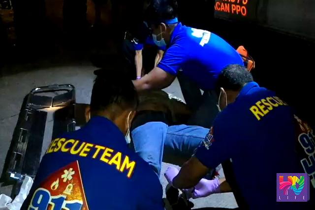 Ang naaksidenteng si Ginoong Marcelino Salamanca habang nilalapatan ng first aid ng UNTV News and Rescue Team Bulacan. (UNTV News)