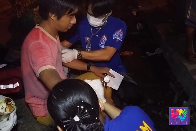 Ang biktimang si Dones Maraya habang nilalapatan ng pangunang lunas ng UNTV News and Rescue Team Davao. (UNTV News)