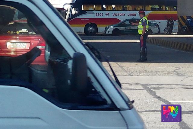 Miyembro ng PNP-HPG o Highway Patrol Group sa ilalim ng Quezon Avenue flyover nitong Martes. (PHOTOVILLE International)