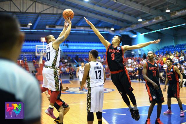 Ang bagong miyembro ng AFP Cavaliers na si former PBA Player Boyet Bautista ay umambag ng 15 points at 6 rebounds sa paggupo sa MMDA Black Wolves. (BRUCE DARILAY  / Photoville International)