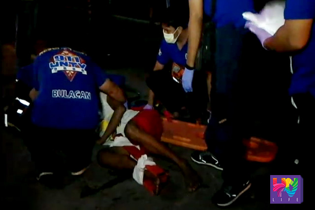 Ang pagresponde ng UNTV News and Rescue Bulacan sa isang nasagasaan ng motorsiklo sa bahagi ng McArtur Hi-way sa Balagtas. (UNTV News)