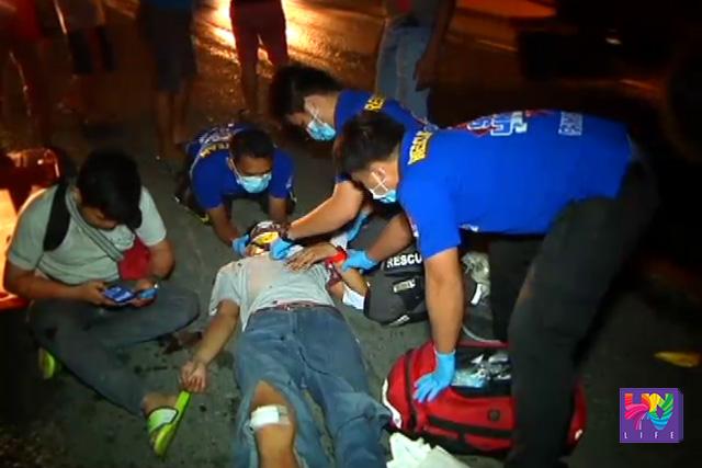 Ang naaksidenteng si Jervy Tolentino habang nilalapatan ng first aid ng UNTV News and Rescue Team Pampanga. (UNTV News)
