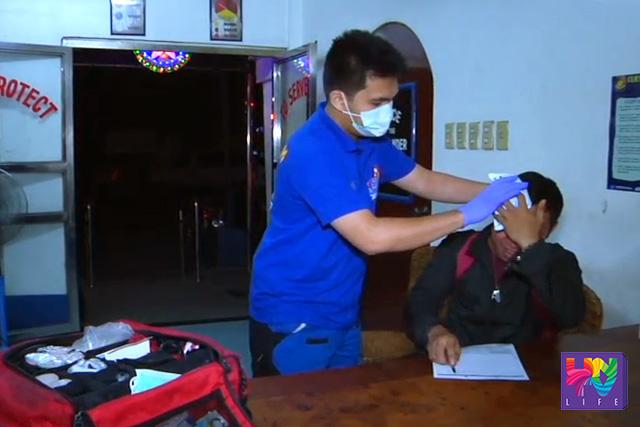 Ang biktimang si Paul Gonzales habang nilalapatan ng first aid ng UNTV News and Rescue Team Pampanga.