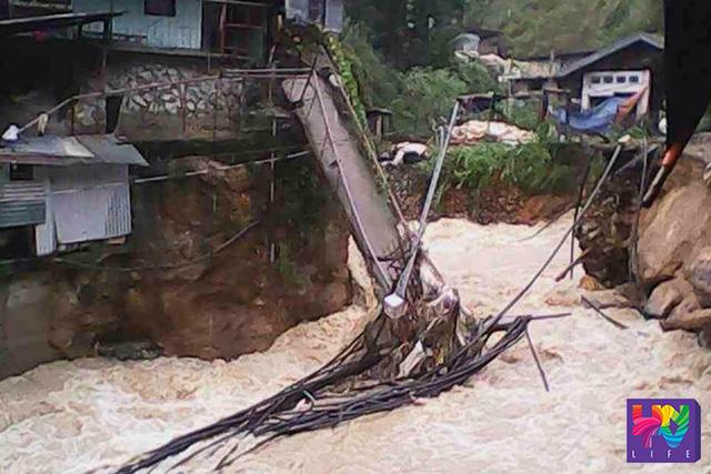 Isang tulay pangtao ang gumuho sa bahagi ng pamayanang ito sa Benguet Province sa kasagsagan ng pananalasa ng Bagyong Lando. (GRACE DOCTOLERO / UNTV News)