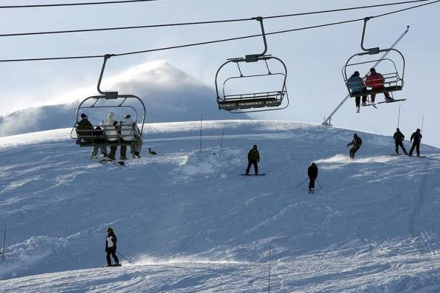 People spend their day at the ''Valle Nevado'' ski center, east of Santiago, in the Los Andes mountain range, June 16, 2007. REUTERS/STRINGER