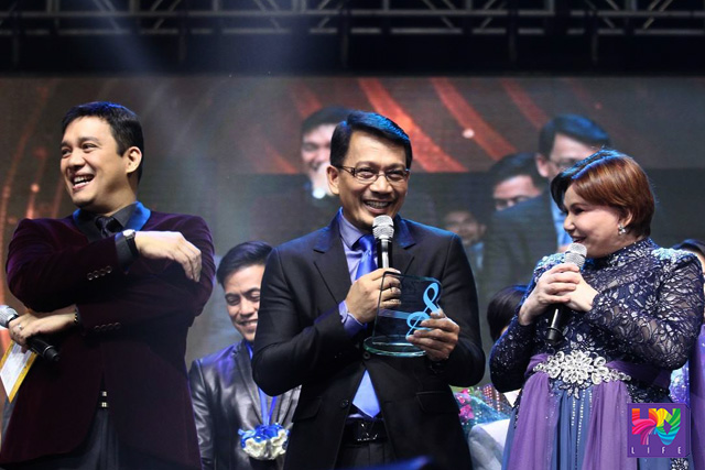 The man behind A Song of Praise Music Festival Kuya Daniel Razon having light moments with ASOP hosts Richard Reynoso and Toni Rose Gayda during the awarding of plaques. (PHOTOVILLE INTERNATIONAL)