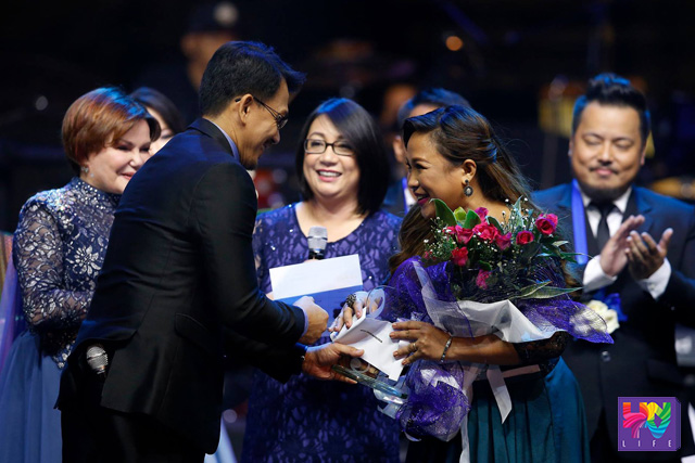 BMPI-UNTV CEO Kuya Daniel Razon awarding Ms. Leah Patricio for being the best interpreter of the year. (PHOTOVILLE INTERNATIONAL)