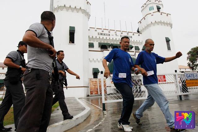 FILE PHOTO:  May 13, 2013,  New Bilibid Prisons. Ilan sa mga inmate na ginamit ang kanilang karapatan na bumoto para sa senatorial election. (UNTV News)