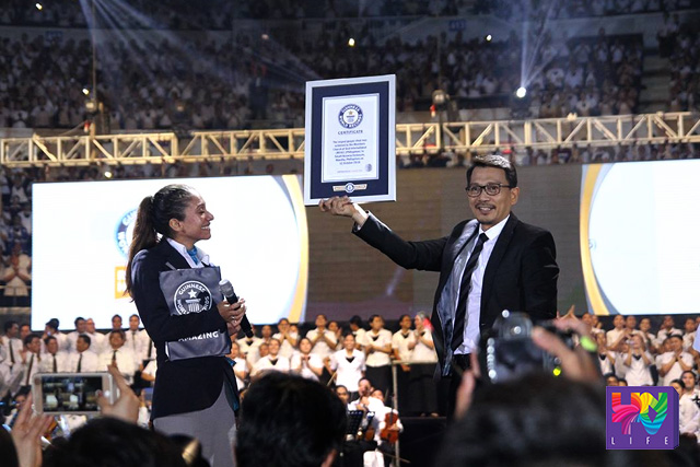 Kuya Daniel Razon receives the plaque from Guinness World Record in behalf of the Ang Dating Daan Chorale for the new Largest Gospel Choir record. Guinness is represented by its adjudicator Ms. Fortuna Burke Melhem.