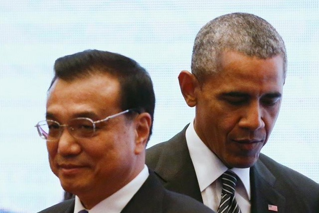 U.S. President Barack Obama walks behind China's Premier Li Keqiang as they attend a family photo at the 27th Association of Southeast Asian Nations (ASEAN) Summit in Kuala Lumpur, Malaysia, November 22, 2015. REUTERS/Jorge Silva - RTX1V8HA