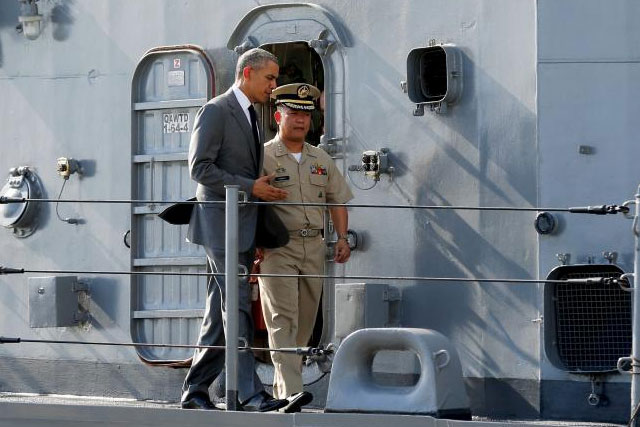 U.S. President Barack Obama tours the Philippine Navy's BRP Gregorio Del Pilar with the ship's commanding officer Captain Vincent Sibala (R) at Manila Harbor in Manila, Philippines, November 17, 2015. Reuters/Jonathan Ernst