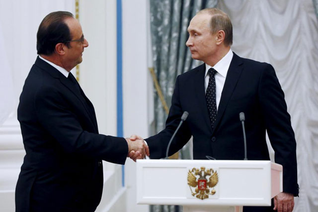 Thursday, November 26, 2015 Russia's President Vladimir Putin (R) shakes hands with his French counterpart Francois Hollande during a news conference at the Kremlin in Moscow, Russia, November 26, 2015. REUTERS/Sergei Chirikov/Pool