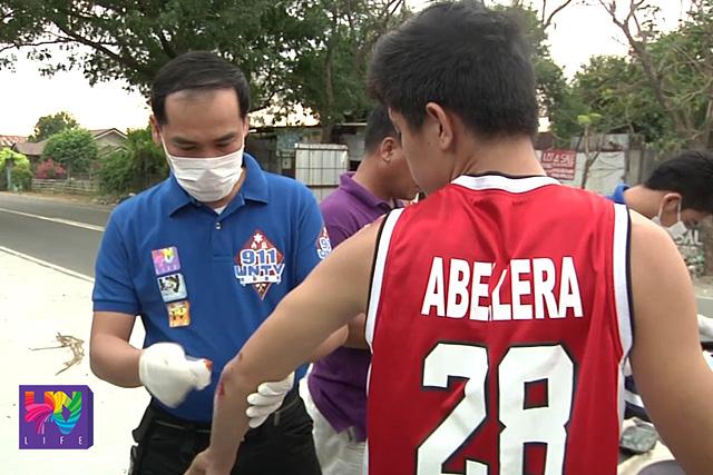 Ang naaksidenteng si Omar Abellera habang nilalapatan ng pangunang lunas ng UNTV News and Rescue Team Tarlac.