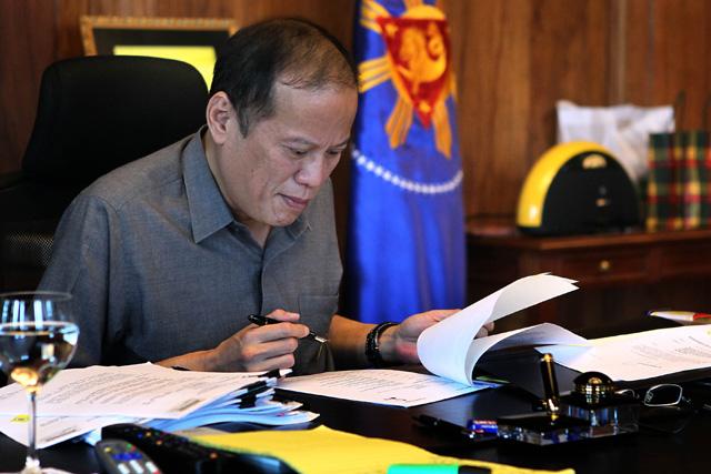 FILE PHOTO: Si Pangulong Benigno Aquino III noong March 15, 2012 sa kanyang opisina. (Malacañang Photo Bureau)