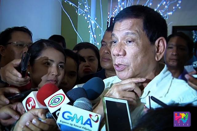 Si Davao City Mayor at PDP-Laban Presidentiable Rodrigo Duterte sa pagharap sa media sa pagsagot nito ukol sa mga issue na tulad ng debate kay  Sec. Mar Roxas at disqualification case. (UNTV News)