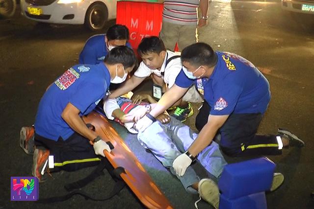 Ang pagtulong ng UNTV News and Rescue Team sa biktima ng banggaan ng motorsiklo at Vios nitong Huwebes ng madaling araw sa kahabaan ng West Avenue, Quezon City. (UNTV News)