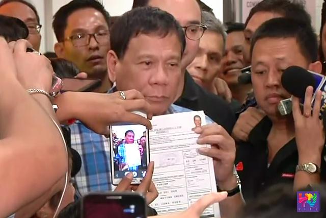 FILE PHOTO: Si Mayor Rodrigo Duterte sa pag-file ng COC para sa pagka presidente.