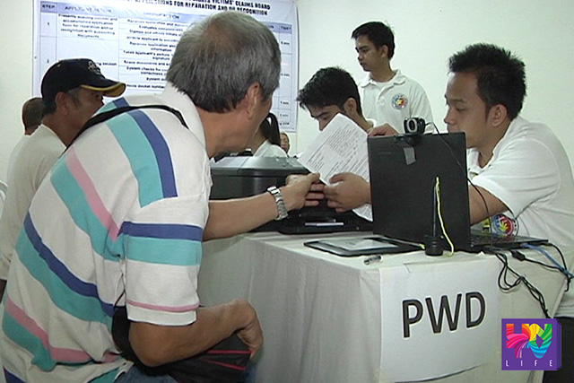 FILE PHOTO: Mga biktima ng human rights violations noong panahon ng Martial Law sa pagpro-proseso ng claims sa pamamagitan ng HRVCB. (UNTV News)