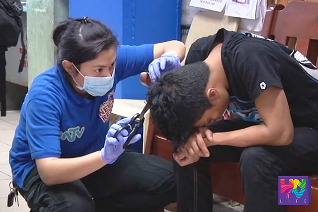Ang nabugbog na si Noe Ayona Cois habang nilalapatan ng pangunang lunas ng UNTV News and Rescue - Baguio City.