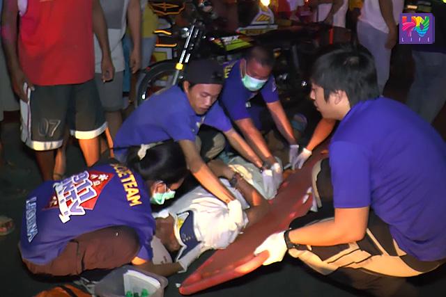 Katuwang ng San Pedro Laguna Rescue, nilapatan ng first aid ng UNTV News and Rescue ang nabanggang nagbibisikletang si Randolf John Patiag. (UNTV News)